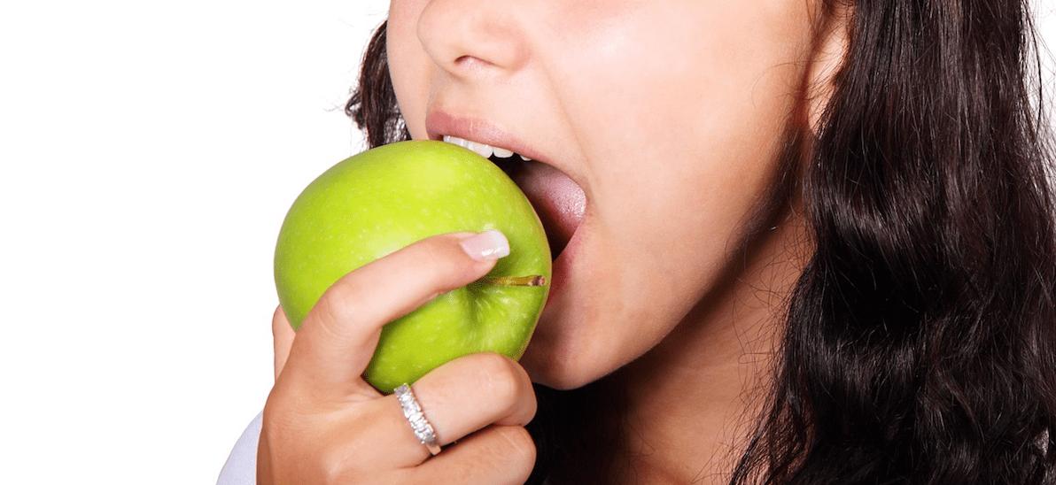 Alimentarse para cuidar los dientes.